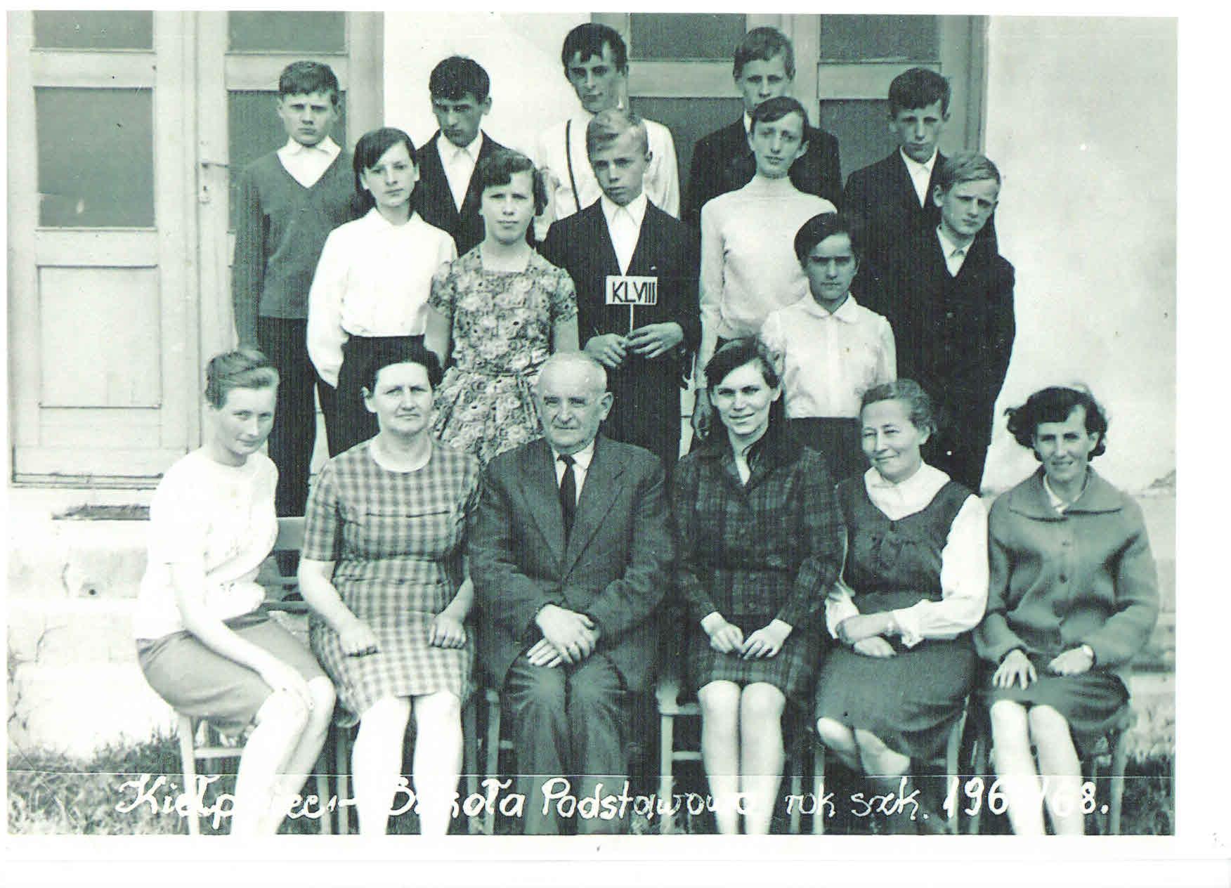 nauczyciele w szkole w kiełpińcu, lata 60