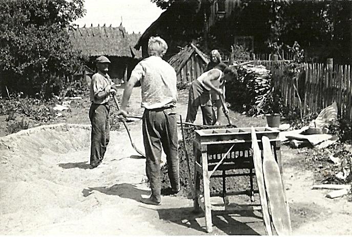 podczas budowy obory u rodziny Rokitów. Na zdjęciu widać formę do cegieł