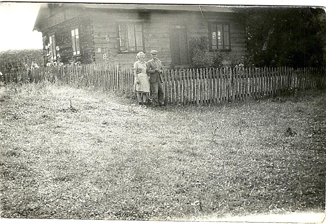 pod płotem u Ambroziaków-na zdj. Celina Ambroziak i Rokita Stanisław