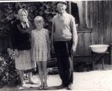 stare zdjecia młoda Małgosia i jej dziadkowie