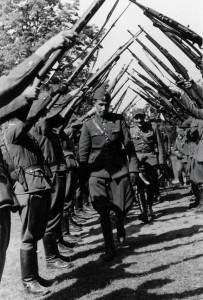 """Pułkownik Antoni Szacki """"Bohun"""", """"Dąbrowski"""" - dowódca Brygady Świętokrzyskiej ze swymi żołnierzami."""