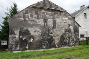 Wielki mural na ścianie jednego z domów w Wiźnie. To odwzorowanie autentycznego zdjęcia wykonanego 10 września 1939 roku.