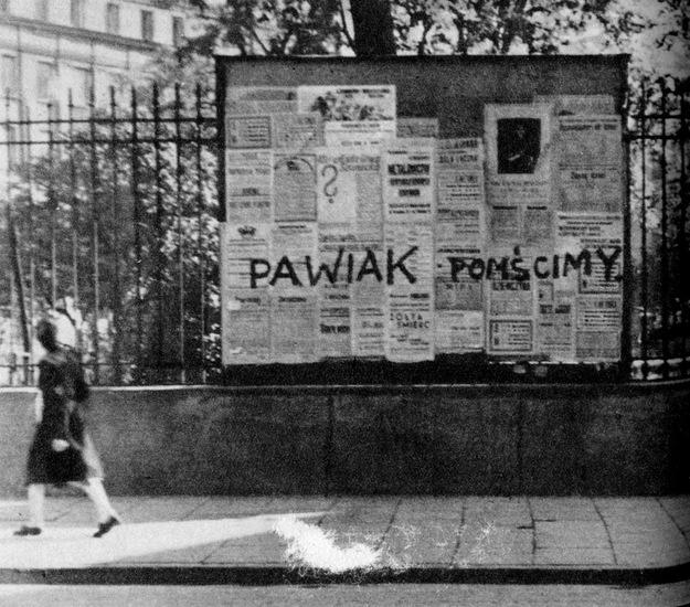 Napisy ruchu oporu na tablicy ogłoszeniowej w Warszawie, maj 1943 roku.