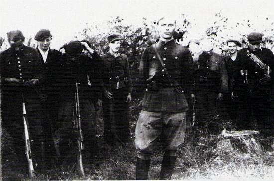 """Oddział partyzancki NOW-AK """"Ojca Jana"""" - Por. Franciszek Przysiężniak ps. """"Ojciec Jan"""" wśród swoich żołnierzy."""