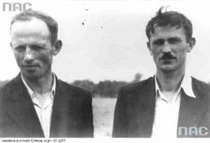"""Józef Wiącek """"Sowa"""" (z lewej) z Władysławem Jasińskim """"Jędrusiem"""" (źródło: Narodowe Archiwum Cyfrowe)."""