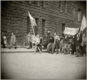 Demonstranci z transparentem na ul. Czerwonej Armii (dzisiaj Św. Marcin). Fot. archiwum IPN.