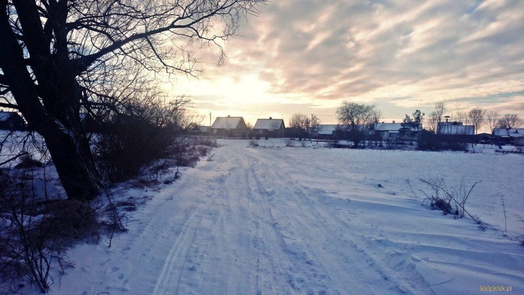 wieś kiełpiniec zimą
