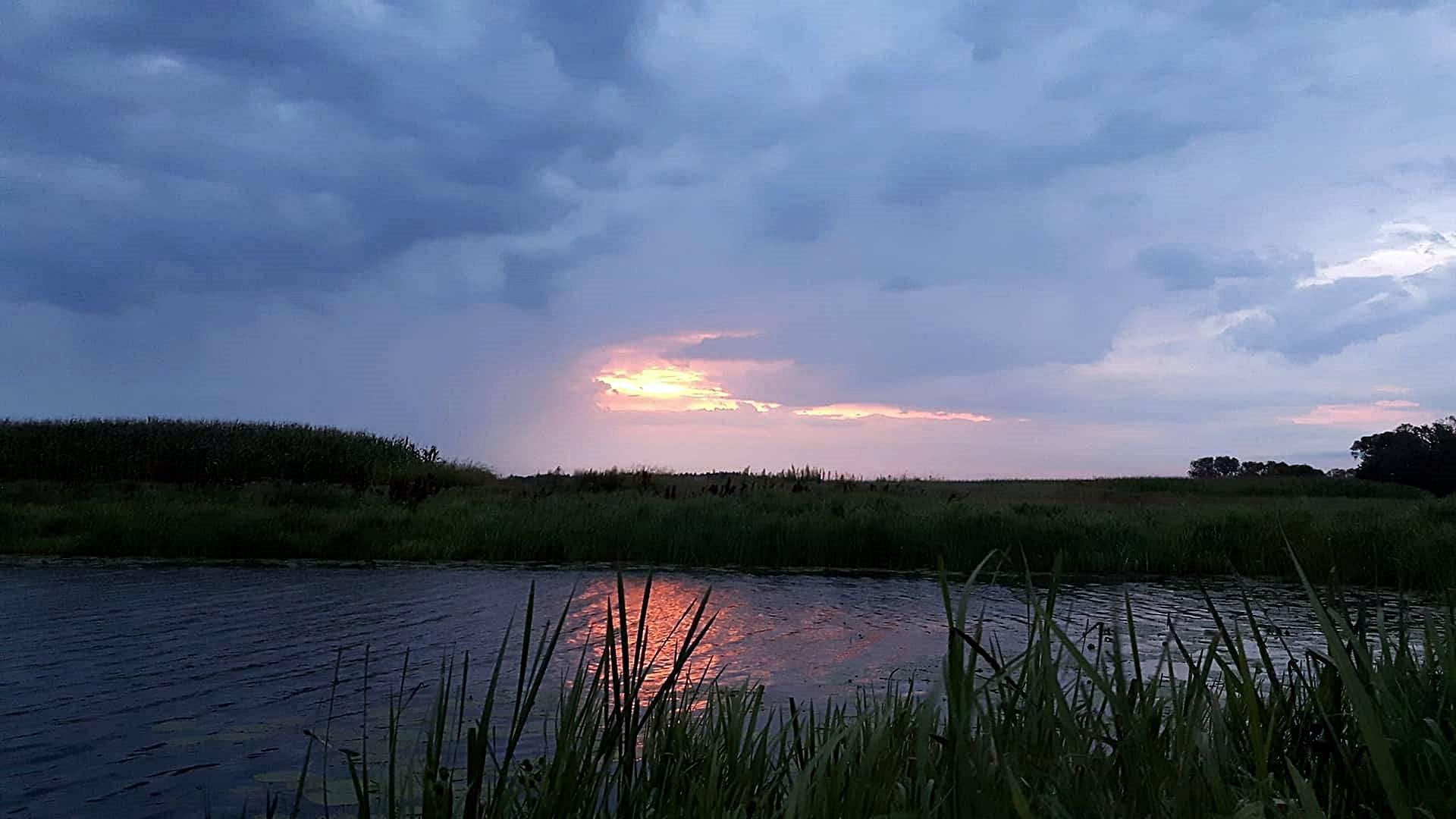 wshód słońca kiełpiniec nad jeziorem