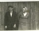 Józef Krysiak i Rokita Ludwika. Dawniej wszyscy przychodzili pod te stodołe wygrzać się na słońcu i po rozmawiać