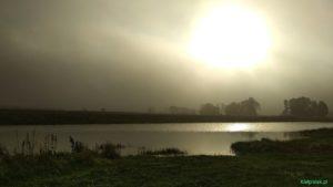 mgla nad jeziorem w kielpincu